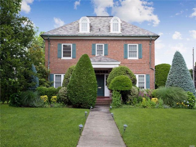 7 BR,  5.00 BTH  Colonial style home in Woodmere