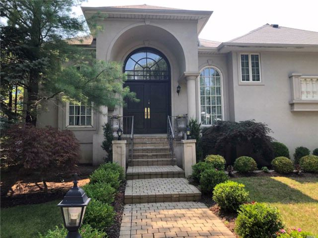 5 BR,  4.50 BTH  Split style home in Woodmere